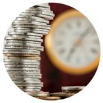 pièces de monnaie et pendule